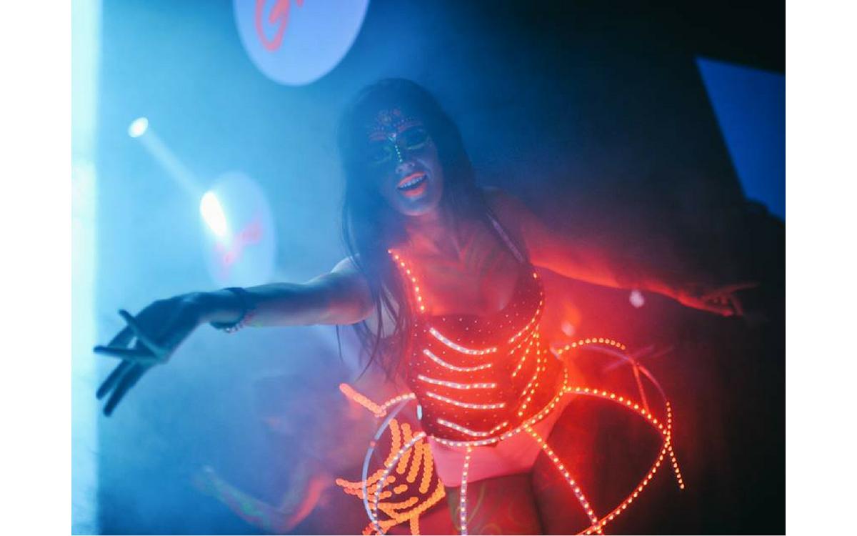 Tantsutüdrukute LED-valgusega riietus